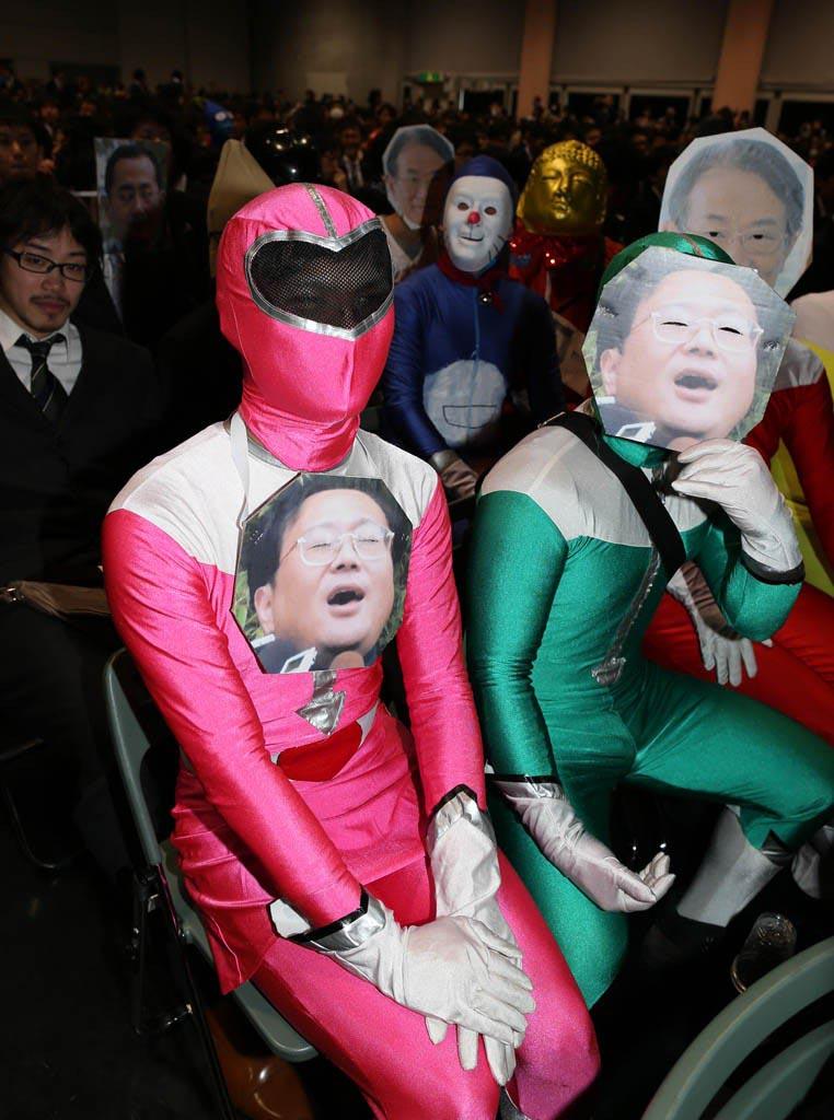 日本京都大学生用各种奇葩装扮庆祝毕业 (2)