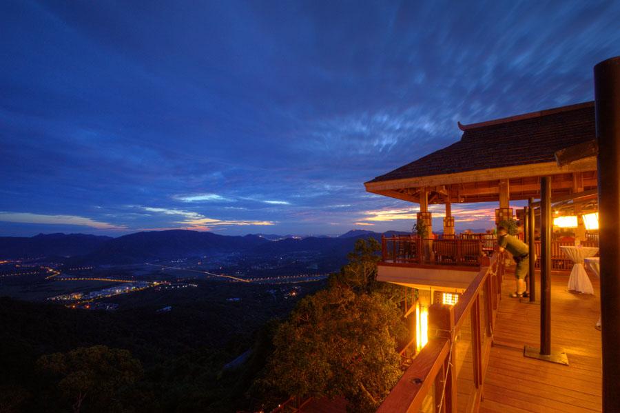 站在亚龙湾人间天堂鸟巢度假村俯瞰亚龙湾夜景。人民网日本专家田中裕基 摄