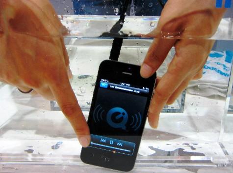 将智能手机内部的电路覆盖一种特殊的膜