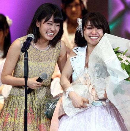 2012年6月,第四届总选举上为第一名大岛优子(右)送上祝福的前田敦子